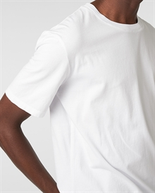 classic-fit-tee-white+denim2-raw0509-3
